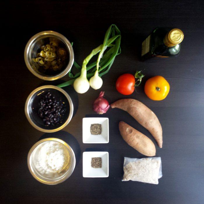 Pieczone bataty, czarna fasola i salsa z jalapeño i pomidorów – Jamie Oliver